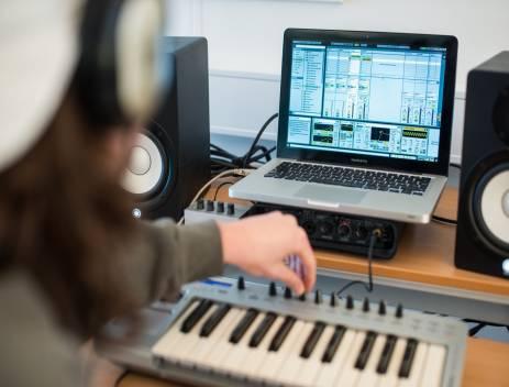 Eleverne er med til at producerer deres egen musik