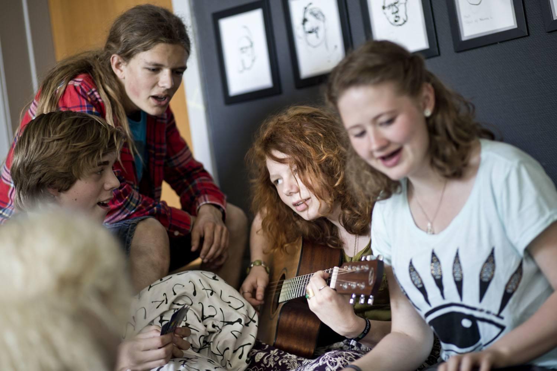 Eleverne spiller musik og synger sammen
